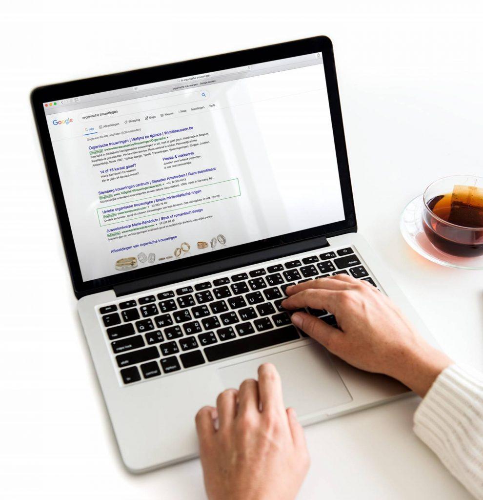 Gebruiker die resultaten op Google bekijkt, uw website staat bovenaan met behulp van SEA