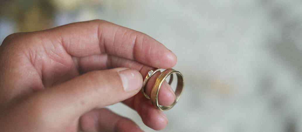 Hand houd ringen van Ines Bouwen vast